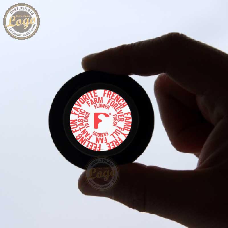 In ấn hoàn thành logo thương hiệu F