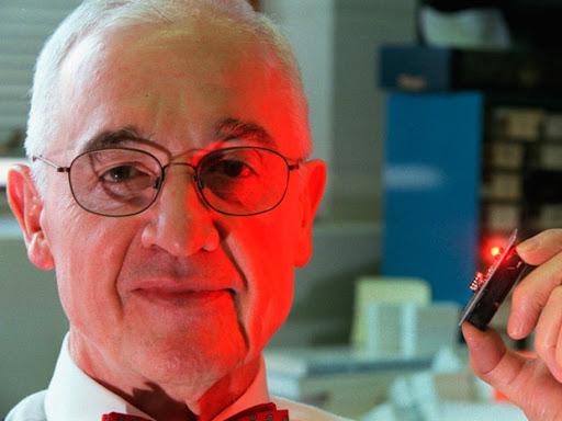 Nhà nghiên cứu khoa học Nick Holonyak Jr đã phát minh ra đèn LED có ánh sáng đỏ đầu tiên.Lịch sử ra đời của đèn Led bắt đầu từ đây.
